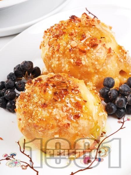 Печени ябълки в бутер тесто с бадеми - снимка на рецептата